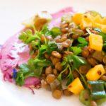 Linsensalat mit Curry Joghurt und Mango